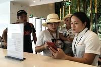 游客抵达三亚后通过智慧接送机服务系统获取旅游准确信息。