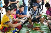 端午节,游客体验包粽子活动