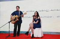留学生在毕业晚会弹唱歌曲