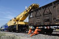 6月21日,集宁机务段救援小分队利用救援起重机吊复脱轨车辆。