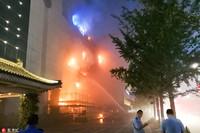 6月21日晚上8时许,西安南大街一建设银行发生火灾。田野/东方IC