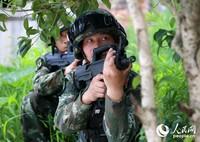 特战队员对外围进行警戒封控