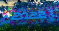 """学生用手绘画板拼出""""2022""""字样。摄影/鲁书华"""