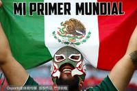 带着面具手举国旗的墨西哥球迷