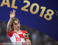 莫德里奇手捧世界杯金球奖奖杯