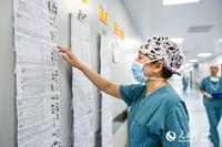 疏树华查看当天手术安排表。