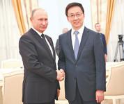 9月16日至18日,中共中央政治局常委、国务院副总理韩正访问俄罗斯,会见俄罗斯总统普京,并同俄罗斯第一副总理西卢安诺夫共同主持中俄投资合作委员会第五次会议、同俄罗斯副总理科扎克共同主持中俄能源合作委员会第十五次会议。这是9月18日,韩正会见俄罗斯总统普京。新华社记者 燕 雁摄