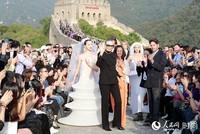 皮尔·卡丹中国区首席代表方方与1979年第一个登上中国长城的法国模特玛丽斯·加斯帕德谢幕合影