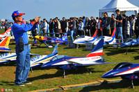 10月13日,在山东省荣成市体育公园,飞手们正在摆放航模,准备参加比赛。