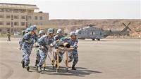 演练中,我驻吉布提保障基地官兵转运伤员。