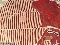 10月14日,甘肃省张掖市高台县合黎镇十坝村村民在辣椒晾晒场查看辣椒晾晒情况。