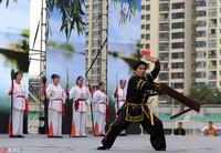 图为杭州西湖区的选手在杭州市首届非物质文化遗产传统体育大会上展演杭州民间传统武术板凳拳。