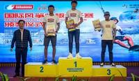 海南省旅游和文化广电体育厅群体处副调研员 冯华良 为水翼板国际公开组获奖者颁奖.