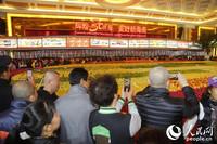 """展会现场,巨大的""""果盘""""吸引了众多市民围观。人民网记者吉羽摄"""