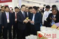 海南省委副书记李军在儋州展馆了解儋州特色农产品情况
