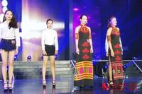1-现场选手展示黎族传统服饰