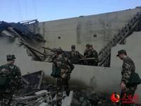 16日,武警宜宾支队救援力量抵达兴文震中周家镇展开救援。