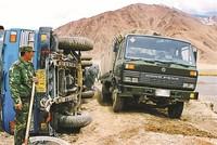 从前,高原随处可见的沼泽、翻浆、沉降路段,时时威胁着人员和车辆的安全。