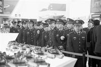 """空军某部官兵在国家博物馆参观""""伟大的变革—庆祝改革开放40周年大型展览""""。 穆瑞林 摄"""