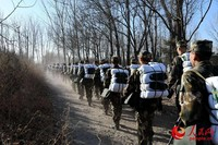 新兵们队列有序的穿过林间小道。张宇君摄