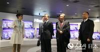 海信日本株式会社社长李文丽介绍驻日本大使程永华一行海信产品和创新技术