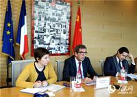 法国驻华大使黎想(中)介绍法中建交55周年相关活动情况。  人民网记者 李琰摄