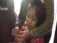 小女孩玩玩具卡住手  被救援时不忘安慰姥姥