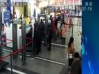 上海:带榴莲坐火车  气味刺激被拒