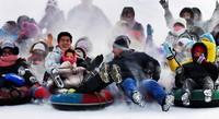游客在吉林市五家山滑雪场尽享冰雪运动乐趣。周石 摄