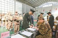 上图:官兵签字领取被装。 徐勇摄