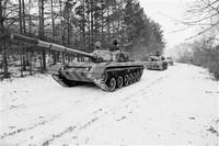 上图:陆军装甲兵学院参演官兵正在组织雪野机动。李昕阳摄