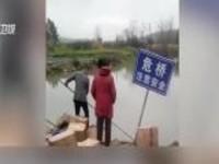 货车侧翻价值70万的茅台落水遭村民包围  司机急哭?
