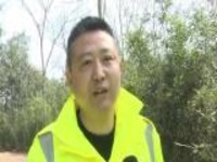 安徽池州:暖心!救援队员背走失老人回家