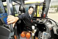 ①公交司机关上安全防护门。