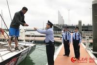 海口总站秀英边检站民警查看外籍帆船船员证件
