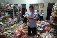 执法人员对食品批发点检查