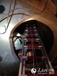 消防队员利用梯子架对男进行救援