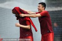 李磊与队友嬉戏