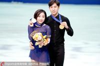 隋文静(左)/韩聪展示金牌