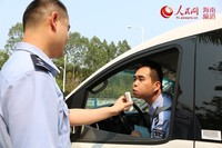 洋浦边检站对车辆驾驶员进行酒精检测