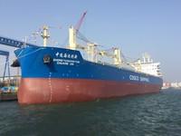 """大连中远海运重工建造的62000吨多用途纸浆船""""中远海运创新""""号"""
