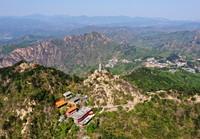 定光佛舍利塔矗立在盘山主峰挂月峰上(5月2日无人机摄)。新华社记者 岳月伟 摄