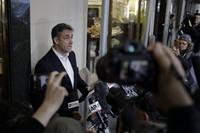5月6日,在美国纽约,美国总统特朗普前私人律师迈克尔·科亨前往监狱服刑前向媒体发表讲话。  新华社记者 李木子 摄