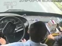 湖北武汉:公交车上行窃  司机乘客联手制伏