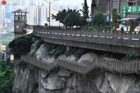 5月10日,重庆市渝中区香江美地小区是边上,有一条修在悬崖绝壁上的栈道。由于该小区处在下半城的黄沙溪和上半城的肖家湾之间,市民出行可以通过这条栈道,也可以乘坐落差30多米的独立塔楼观光电梯。