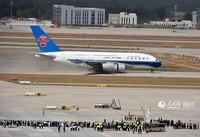 一架南方航空公司空客A380飞机平稳降落在北京大兴国际机场。人民网记者 雷声摄