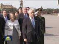希腊总统帕夫洛普洛斯向人民英雄纪念碑敬献花圈
