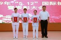 陈仲院长为护士技能竞赛获奖者颁奖
