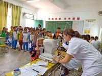 眼科医生在为学生进行眼疾筛查