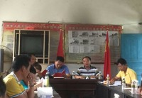 张银东(右二)为村干部和党员上专题党课